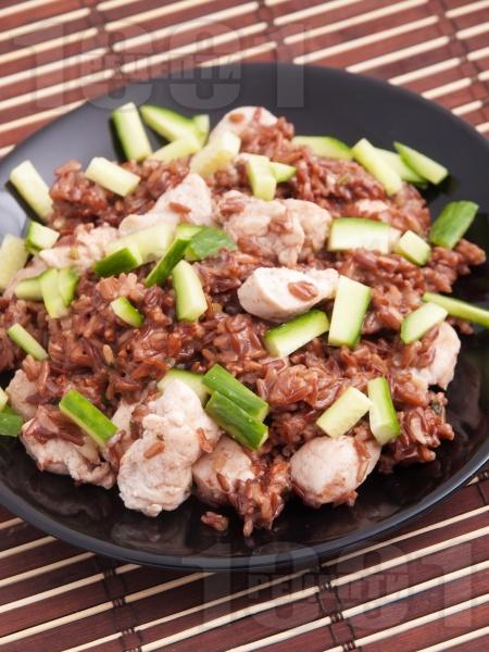 Червен ориз с пилешки хапки от гърди и свежи краставици - снимка на рецептата
